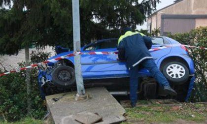 Schianto sulla strada per Grignano, auto finisce contro un palo