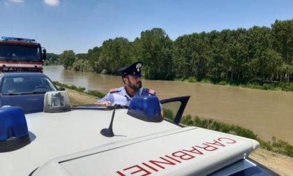 I Carabinieri lo beccano con la droga, lui scappa tuffandosi nel Po
