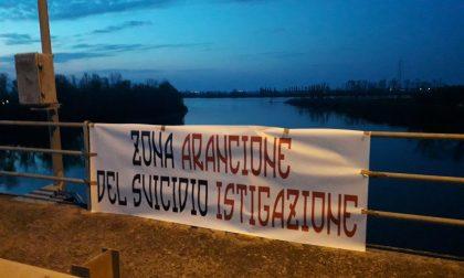 """Striscione Forza Nuova: """"Zona arancione del suicidio istigazione"""""""