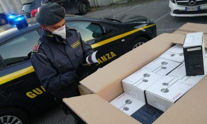 Sequestrate 15mila paia di scarpe provenienti dalla Cina e 2mila cuffie