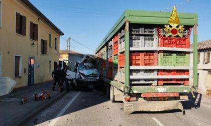 Le drammatiche foto dell'incidente sulla SP 91: morto autista 75enne