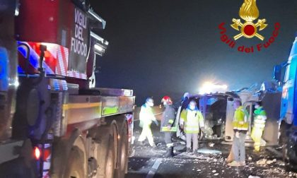 Le foto dell'incidente in A13 tra un furgone che trasportava medicinali e un autoarticolato