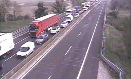Incidente tra tre camion sull'A13: sette chilometri di coda