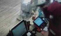 Il video della rapina alla tabaccheria di Rovigo: arrestati i malviventi armati di pistola