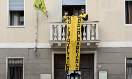 """Striscione """"No fotovoltaico su suolo agricolo"""" nella sede di Coldiretti Rovigo"""