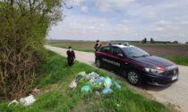 Abbandona dei rifiuti e riparte a tutta velocità ma viene fermato dai Carabinieri