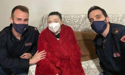 Anziana resta senza energia elettrica a causa del temporale, la Polizia arriva in soccorso