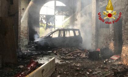In fiamme un'auto rubata, l'incendio divora una casa colonica disabitata