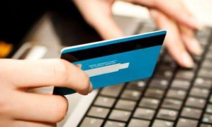Mette in vendita online uno smartphone ma con un raggiro paga lui 750 euro