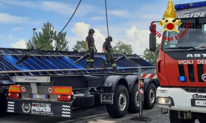 Autocarro perde il carico di bobine in ferro, strada chiusa per ore