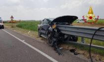 Le impressionanti foto del pick-up finito fuori strada infilzato nel guardrail, ferito il conducente