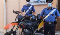 Giovane ladro ruba una moto e pensa di farla franca, ma non fa i conti con le telecamere