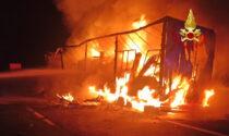 Le impressionanti foto e il video dell'autoarticolato in fiamme sull'A13