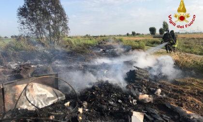 Saguedo di Lendinara, le foto del cumulo di rifiuti bruciato nel campo