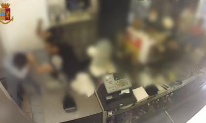 Il video del brutale pestaggio di un barista (che ha perso un occhio)