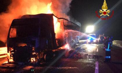 Disagi in autostrada, il video e le foto del camion carico di mangimi divorato dalle fiamme