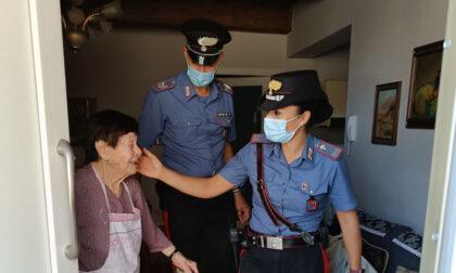 """""""Una mia conoscente ha bisogno di aiuto"""", i Carabinieri vanno a farle la spesa"""