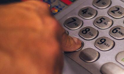 Ruba un portafoglio smarrito, si impossessa dei soldi e preleva 400 euro dal bancomat